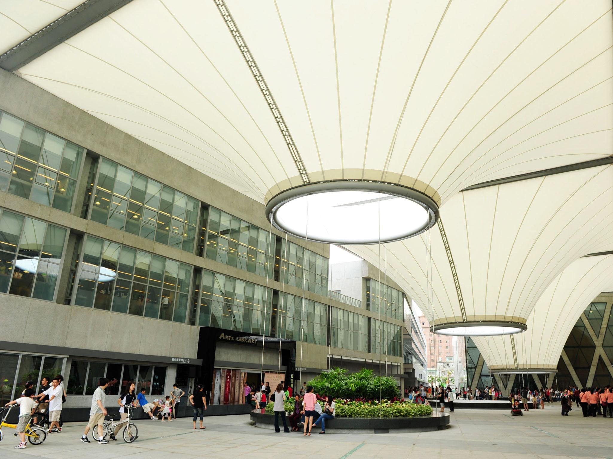 大東文化藝術中心是鳳山新地標與休閒好去處。(圖/鮑忠暉 攝)