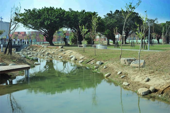 新闢建的五甲公園橫跨鳳山區及前鎮區。(圖/鮑忠暉 攝)