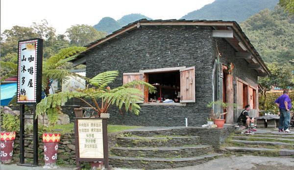 到山中找尋用石板築起的獨特咖啡屋吧!(圖/馬千惠 攝)