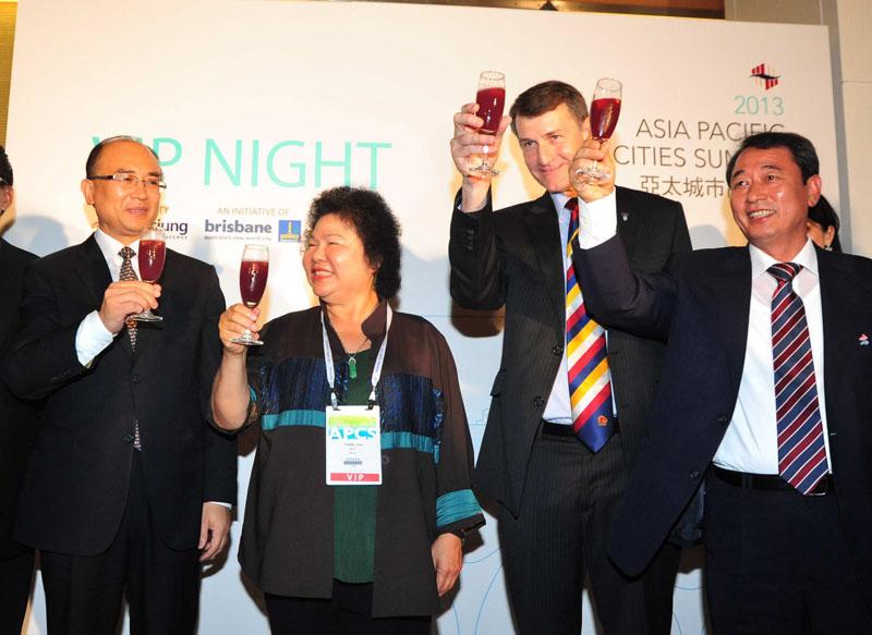 2013年亞太城市高峰會VIP之夜陳菊市長與來賓舉杯慶祝。(圖∕鮑忠暉 攝)