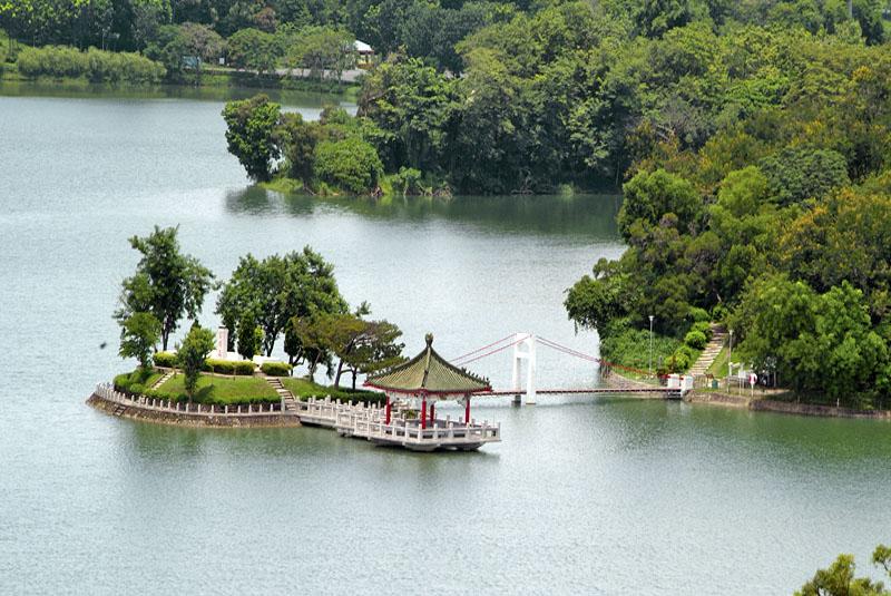澄清湖高丘望海景區的富國島和吊橋景致優美。(圖∕上影平面攝影工作室 攝)
