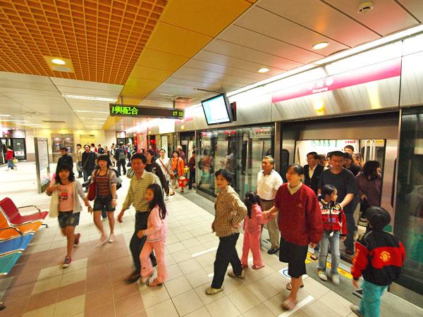 轉乘方便的公車路網讓高雄捷運運量屢創新高。(圖∕張簡英豪 攝)