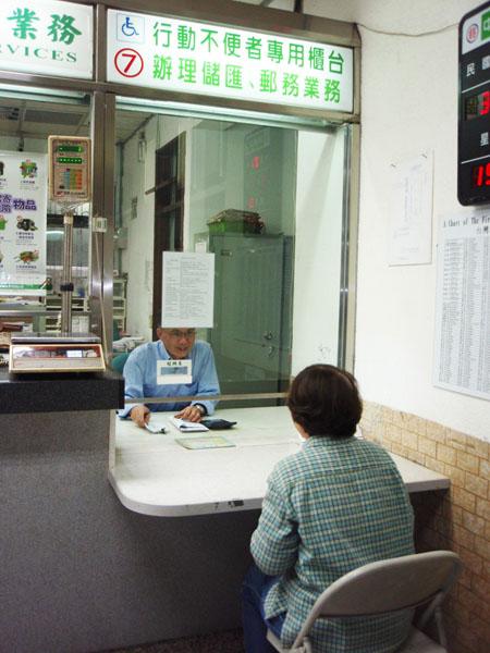高雄市的郵局針對身障朋提供友善的洽辦櫃檯。(圖∕高雄市政府工務局 提供)