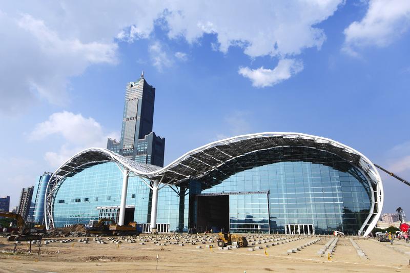 今年10月將完工的高雄世界貿易展覽會議中心波浪曲線造型獨特。(圖∕張簡英豪 攝)