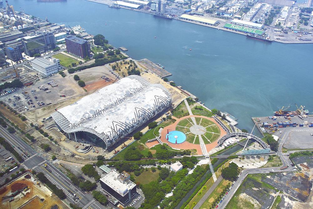 高雄世界貿易展覽會議中心位居高雄港灣呼應水岸城市意象。(圖∕張簡英豪 攝)