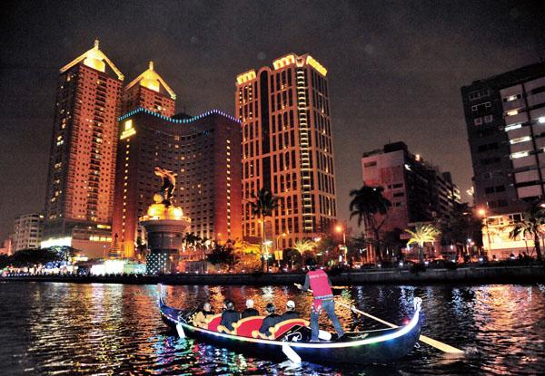 愛河畔推出全台第一與唯一的貢多拉船(Gondola),伴隨原民天籟美聲。Taiwan's first Gondola boats on the Love River, serenading passengers