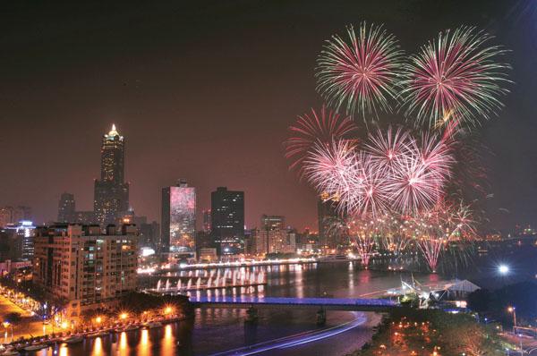 高雄燈會是全台唯一擁有海港優勢,以環港高空煙火為亮點。Kaohsiung's Lantern Festival features Taiwan's only harbor firework show!
