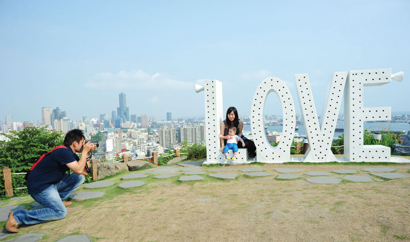 壽山情人觀景台的 LOVE鋼雕作品 The love sculpture at Shoushan Lover's observatory