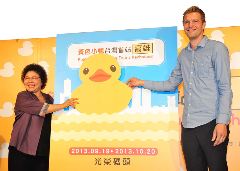 陳菊市長邀請大家造訪高雄,體驗小鴨非凡魅力。Mayor Chen Chu invites everyone to visit the Port of Kaohsiung and experience the duck's charm.