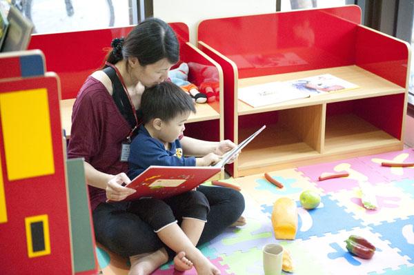 「親子共讀」增進孩子對閱讀的興趣。(圖∕李士豪 攝)