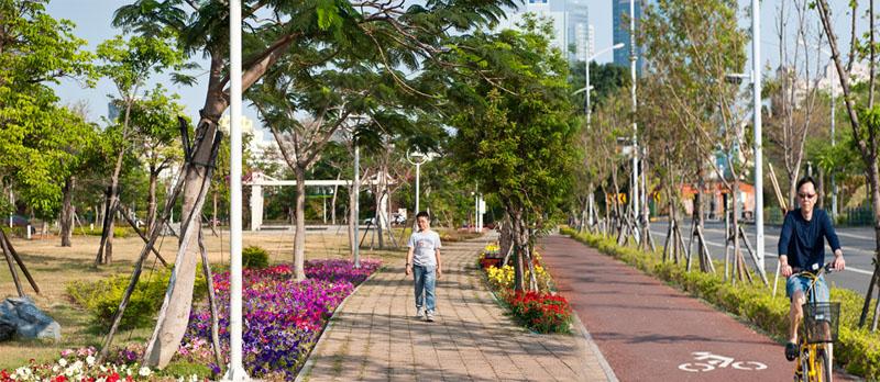 萬紫千紅的鹽埕綠廊成為民眾休閒好去處。(圖∕李士豪 攝)
