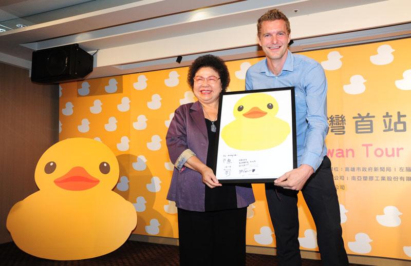 市長陳菊與荷蘭籍設計者霍夫曼共同宣布黃色小鴨至高雄展出。(圖∕鮑忠暉 攝)
