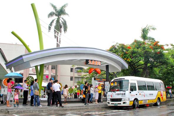 具在地意象之九曲堂轉運型公車站啟用,連結高雄市區與大樹、旗美的交通轉運。(圖∕鄭百玲 攝)