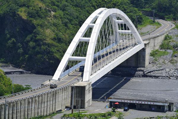 多納橋成為茂林區新地標,高雄市政府希望藉由新工程落成促進當地觀光。(圖∕李士豪 攝)