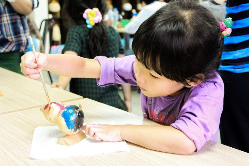 葫蘆藝術工坊定期開設葫蘆彩繪或雕刻課程,讓遊客體驗葫蘆藝術之美。(圖∕昭億企業 提供)