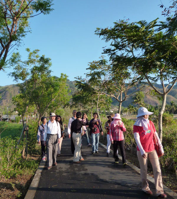 民宿主人帶領遊客悠遊鄉間小路。(圖∕人字山莊 提供)