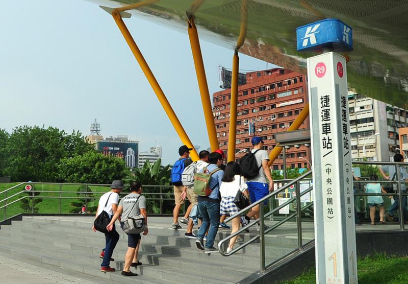 高雄觀光旅遊便利,搭乘捷運即可輕鬆遊高雄。(圖∕鮑忠暉 攝)