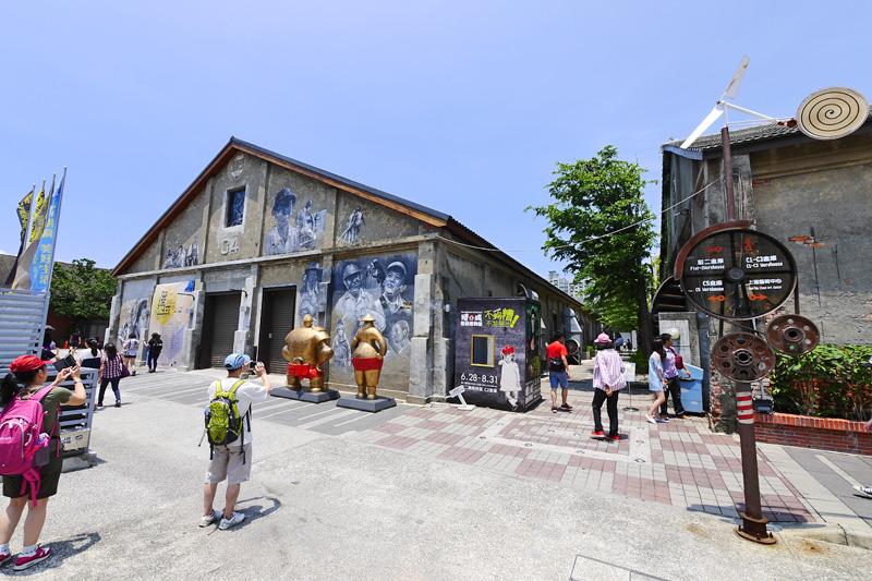高雄駁二藝術特區成為年輕人最夯的觀光景點。(圖∕張簡英豪 攝)
