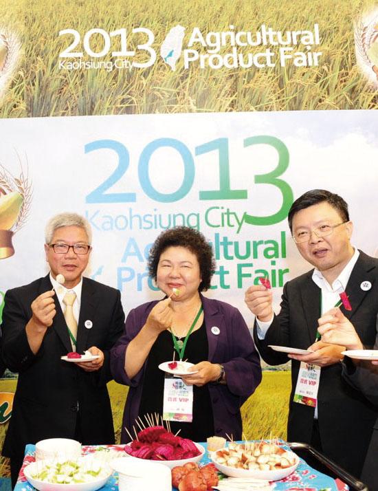 陳菊市長(中間者)前進新加坡GIANT超市舉辦「2013高雄市農產品節」 Mayor Chen Chu (center) promotes the 2013 Kaohsiung City Agricultural Product Fair in the Singaporean supermarket GIANT.