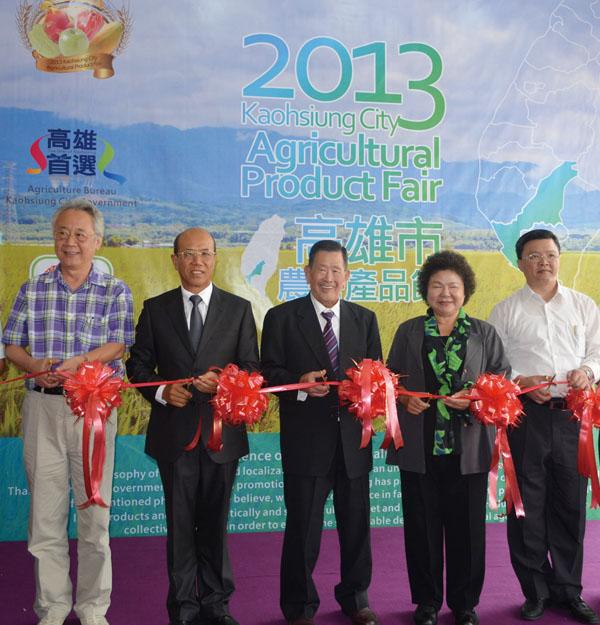 """陳菊市長(右二)率團前往汶萊行銷「高雄首選」品牌 Mayor Chen Chu (2th to the right) leads the delegation to Brunei to promote """"Kaohsiung Preferred"""" products."""