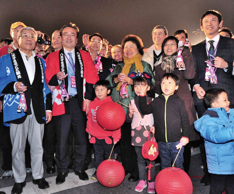 陳菊市長與姐妹市代表一同參與踩街大遊行 Mayor Chen participating in parade with sister city delegates