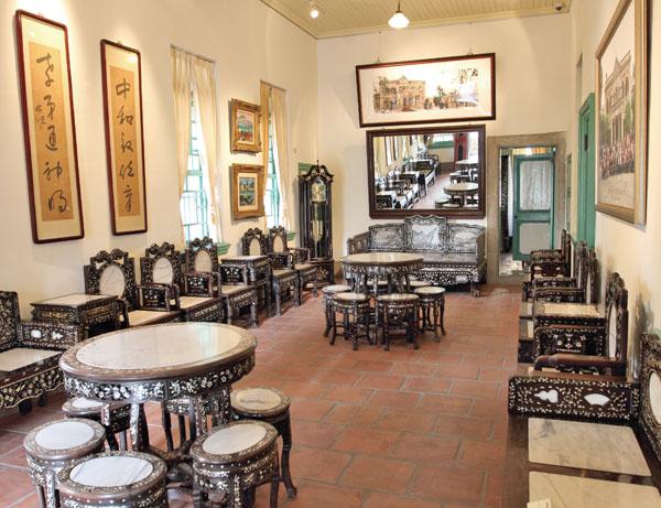 客廳展示當時的傢俱 The living room displays original furniture.