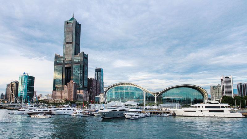 20艘遊艇停泊於水上碼頭,向海洋首都—高雄致意 Twenty yachts docked at the marina salute Kaohsiung, Taiwan's Maritime Capital.