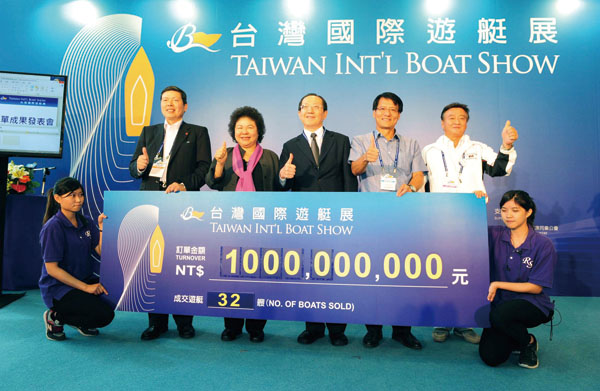 陳菊市長(左2)出席5月10日訂單發表記者會,恭賀遊艇廠商接獲許多訂單 Mayor Chen Chu (second left) congratulates yacht makers on orders they have received during the Order Announcement press conference, May 10.