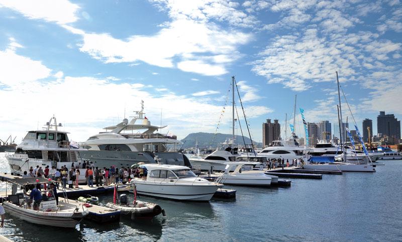 泊靠於水上碼頭的遊艇 Exhibition yachts docked at the marina.