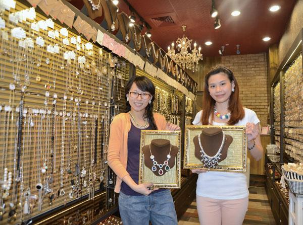 框時尚精品展示滿室的水鑽和飾品 The walls of Kuang Fashion Boutique are bedecked with rhinestones and crystals.