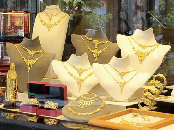 美珍銀樓提供一應俱全的金飾品 Mychen Jewelry offers a wide array of products.