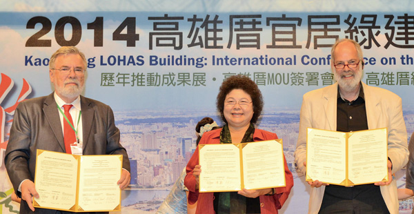 陳菊市長(中間者)與荷蘭SBS的代表簽備忘錄。Mayor Chen Chu (center) signs MOU with SBS' representatives.
