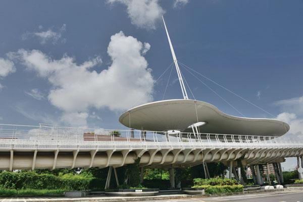 翠華路自行車橋 The cloud-shaped roof is an iconic feature of Cueihua Road Bike Bridge.