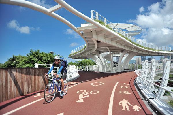 自行車橋提供車友和乘客更安全的交通環境 Bike bridges make transportation safer for cyclists and pedestrians.