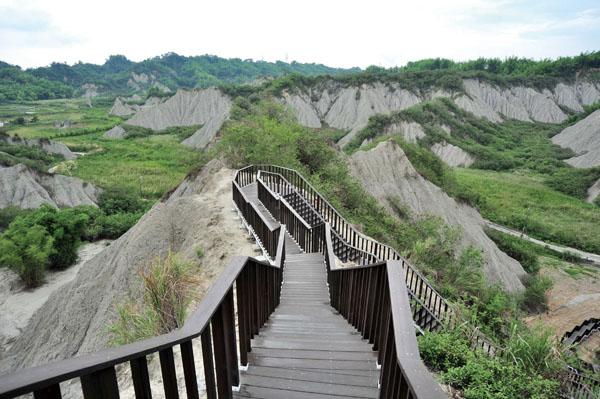 田寮月世界地景公園後山的五里坑步道 Wulikeng Walkway at the back of Tianliao Moon World Landform Park