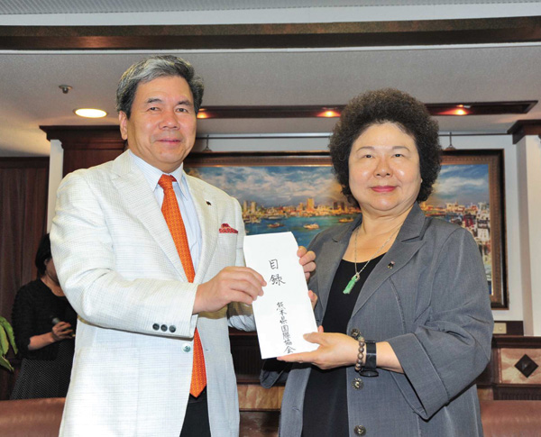 熊本縣蒲島郁夫知事將善款當面轉交陳菊市長。 Kumamoto Governor Kabashima Ikuo hand-delivered the donation to Mayor Chen Chu.