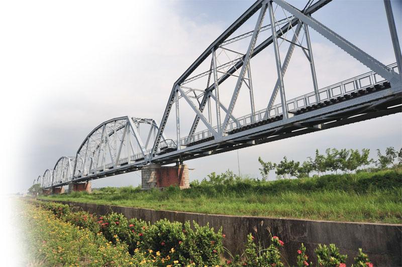 長1526公尺的大樹舊鐵橋橫跨高屏溪 The 1,526m-long Dashu Old Railroad Bridge spans the Gaoping River.