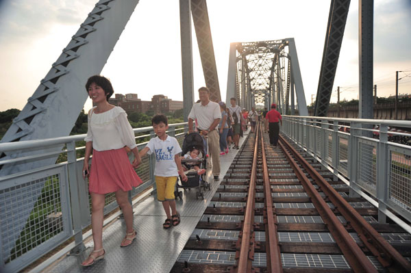 遊客可從橋上鳥瞰景致 Visitors appreciate aerial views from the bridge.