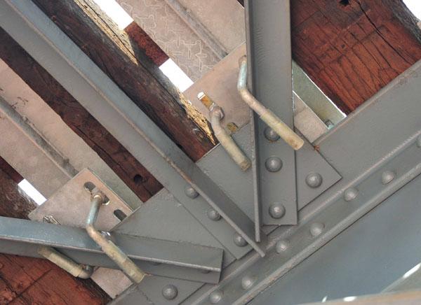 使用「夾具」方式固定於橋的本體 Clamps were used to fix the original structure.
