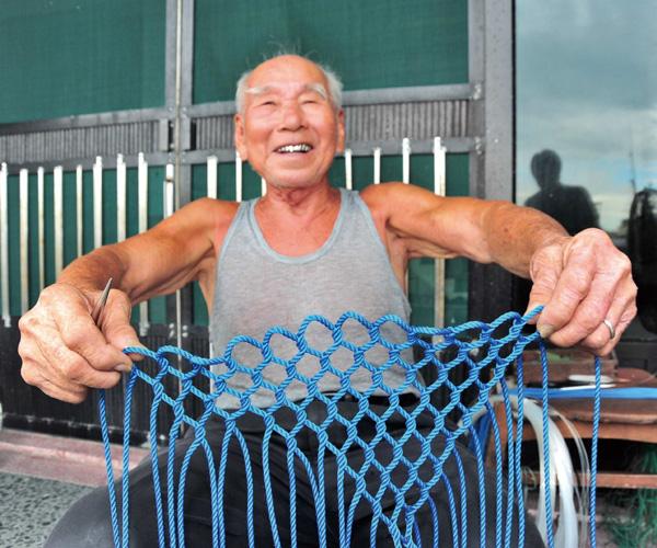 莊碧飛樂於分享編織的秘訣 Jhuang is always happy to demonstrate his netmaking skills.