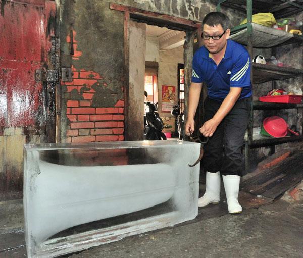 吳桂忠拖著重達144公斤的冰塊 Wu Gui-jhong pulls an ice block weighing 144kg