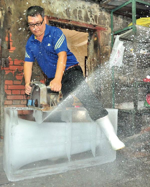 切割冰塊 Cutting the ice block