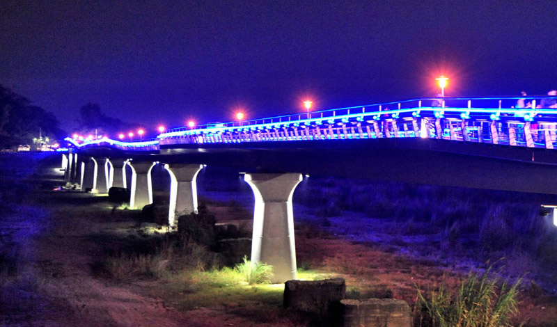 旗山地景橋的夜間照明景觀,熠熠生輝。(圖∕鮑忠暉 攝)
