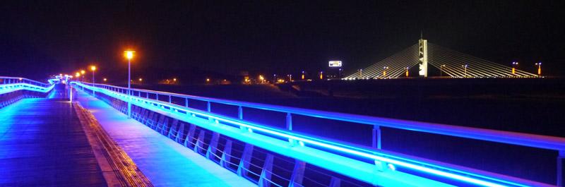 旗山橋與旗山地景橋架設夜間照明後,成為旗山夜景新亮點。(圖∕李昀諭 攝)