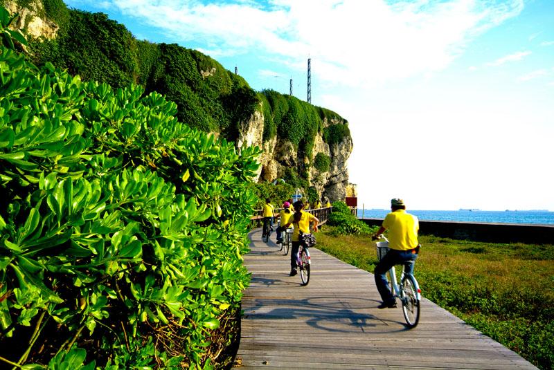 透過旗津環島自行車道,可暢遊這個充滿歷史人文與海鮮美味的離島。(圖 /高雄市政府工務局 提供)