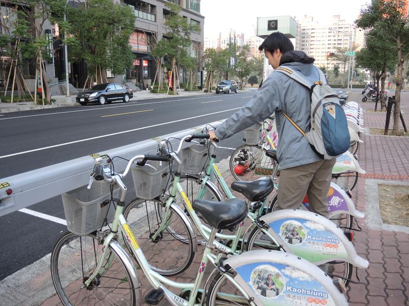 高雄市建置的City Bike自行車租賃系統,受到市民與許多背包客青睞。(圖∕徐世雄 攝)