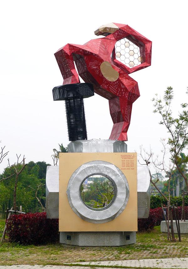 台灣螺絲博物館旁的「螺絲羊」裝置藝術巧妙融合扣件、蜂蜜、羊肉等岡山產業特色。(圖∕李昀諭 攝)