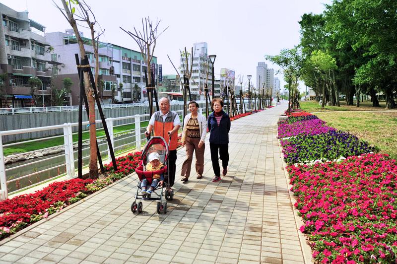 大東藝文水岸步道平坦完善,常見民眾於此散步,共享天倫。(圖∕鮑忠暉 攝)