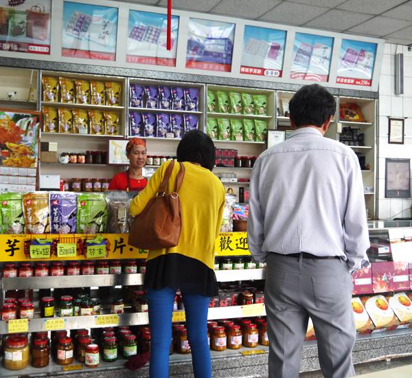 甲仙農特產的品質優良,衍生商品受遊客歡迎。(圖∕李昀諭 攝)
