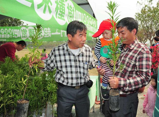 高雄市政府利用閒置學校用地設置樹木銀行,植樹節舉辦動土典禮。(圖∕鮑忠暉 攝)